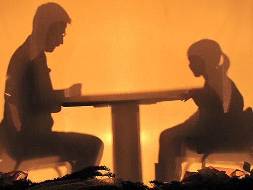 テーブルを囲む家族