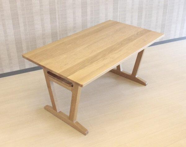 村澤一晃デザインのモダンなLDテーブル