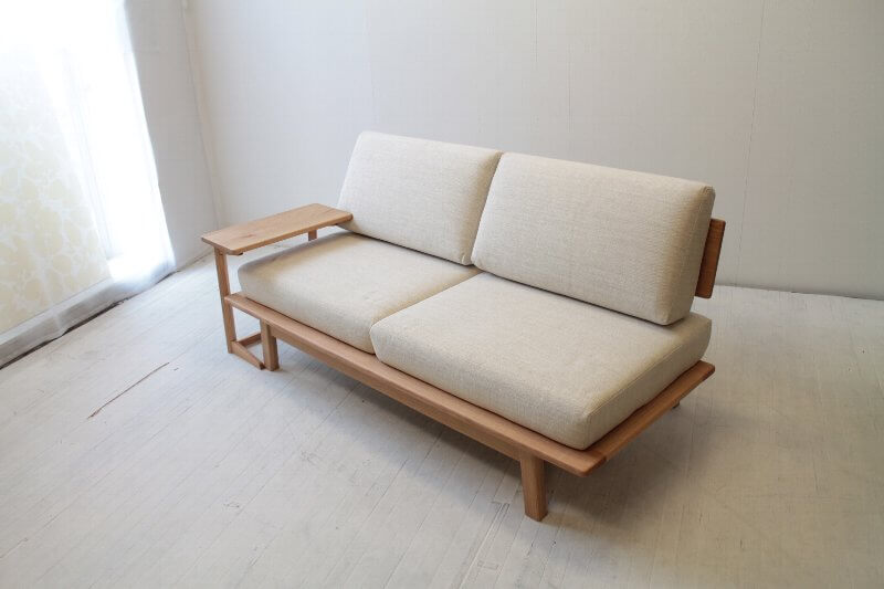 オーク材のサイドテーブル